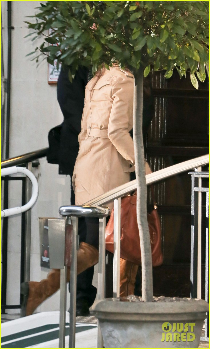 pippa middleton visits pregnant kate middleton in hospital 05