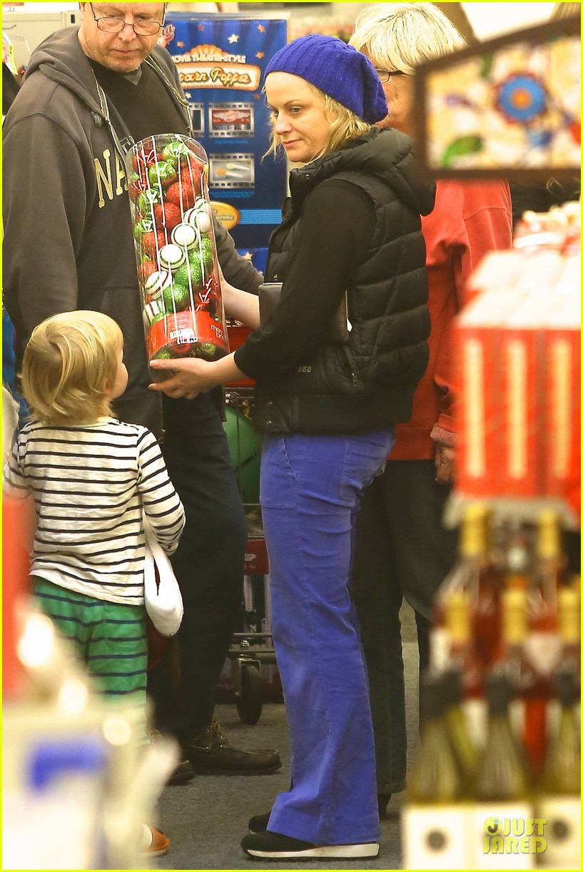 amy poehler holiday shopping with archie 01