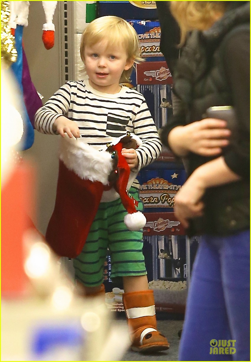 amy poehler holiday shopping with archie 03