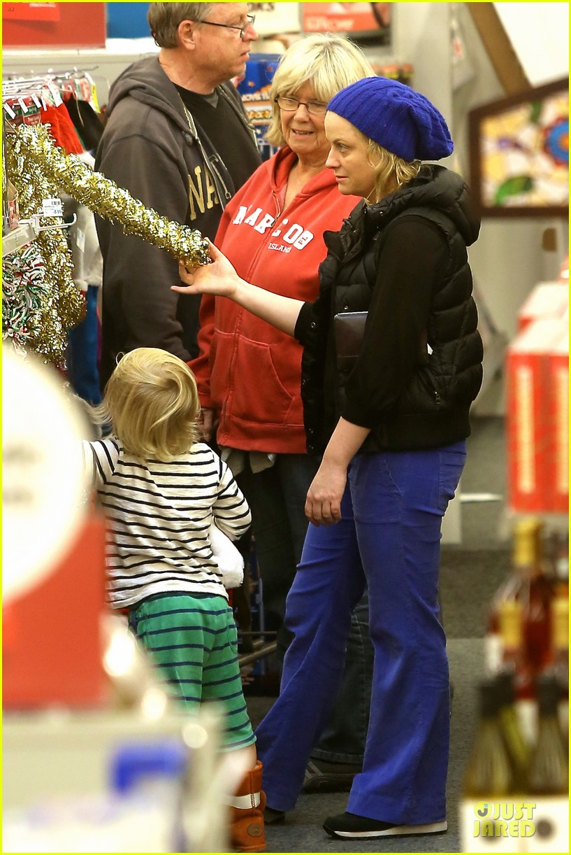 amy poehler holiday shopping with archie 05
