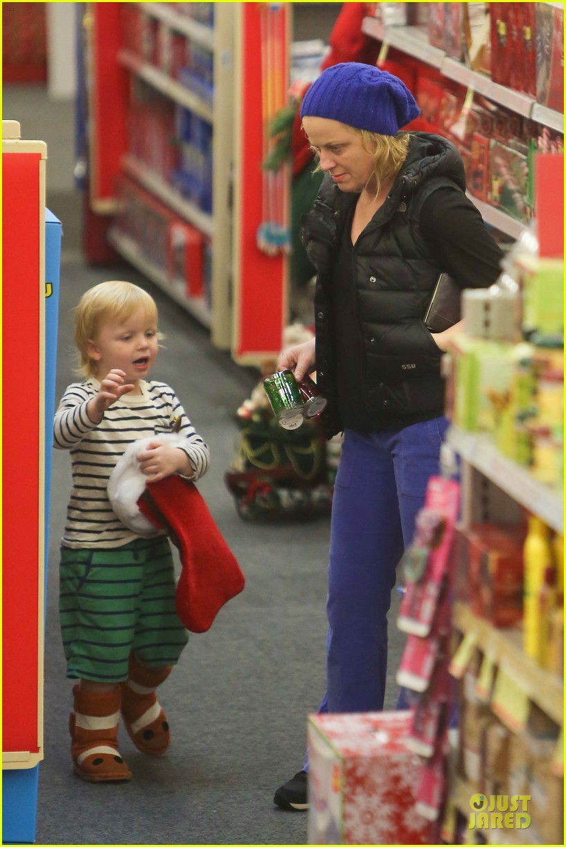 amy poehler holiday shopping with archie 06