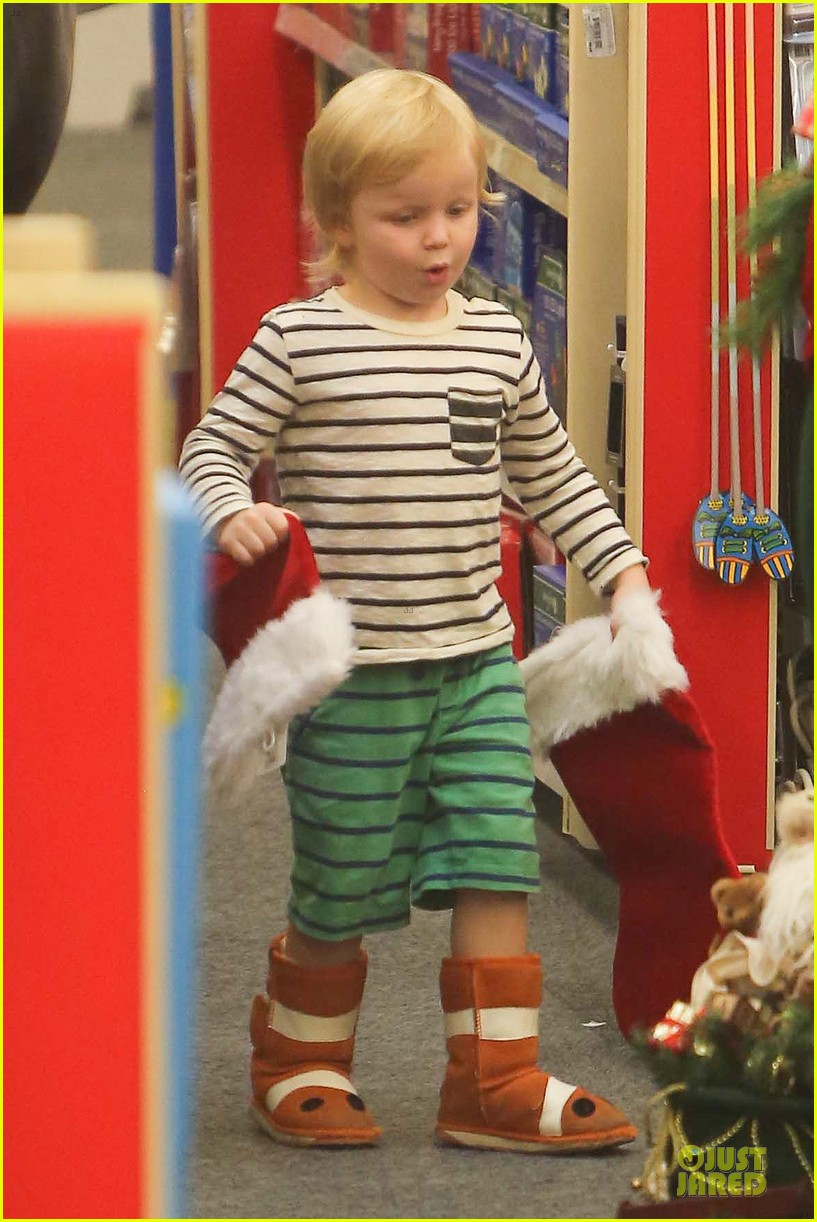 amy poehler holiday shopping with archie 07
