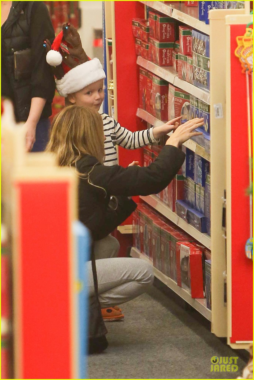amy poehler holiday shopping with archie 16