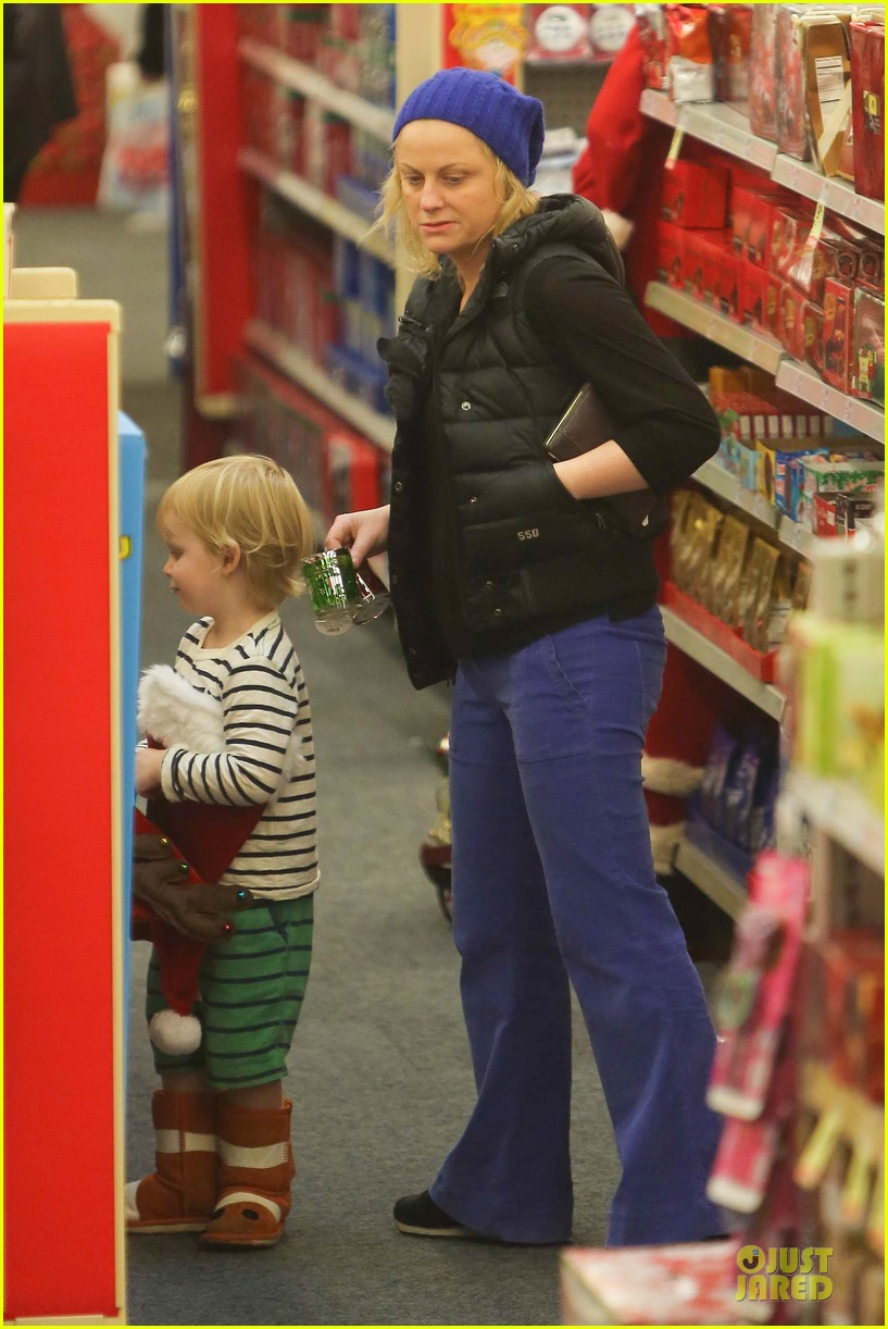 amy poehler holiday shopping with archie 18