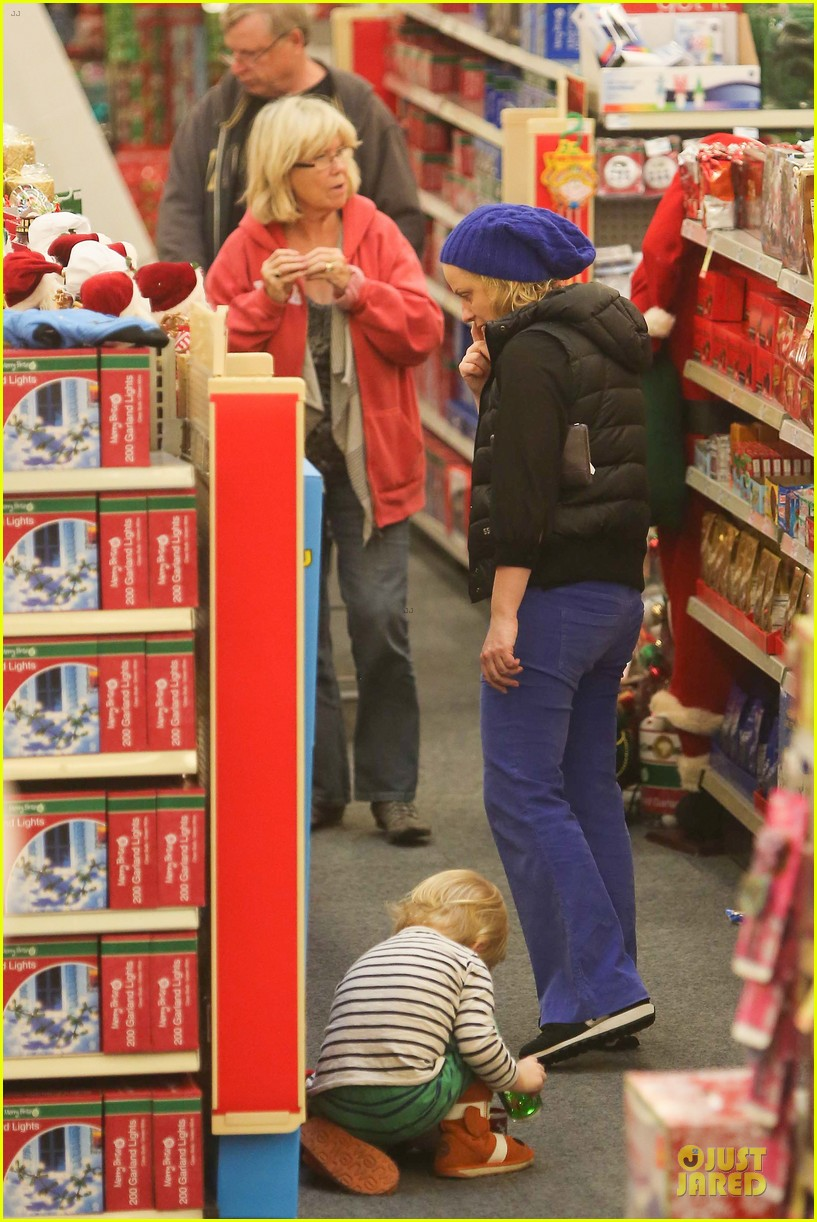 amy poehler holiday shopping with archie 20