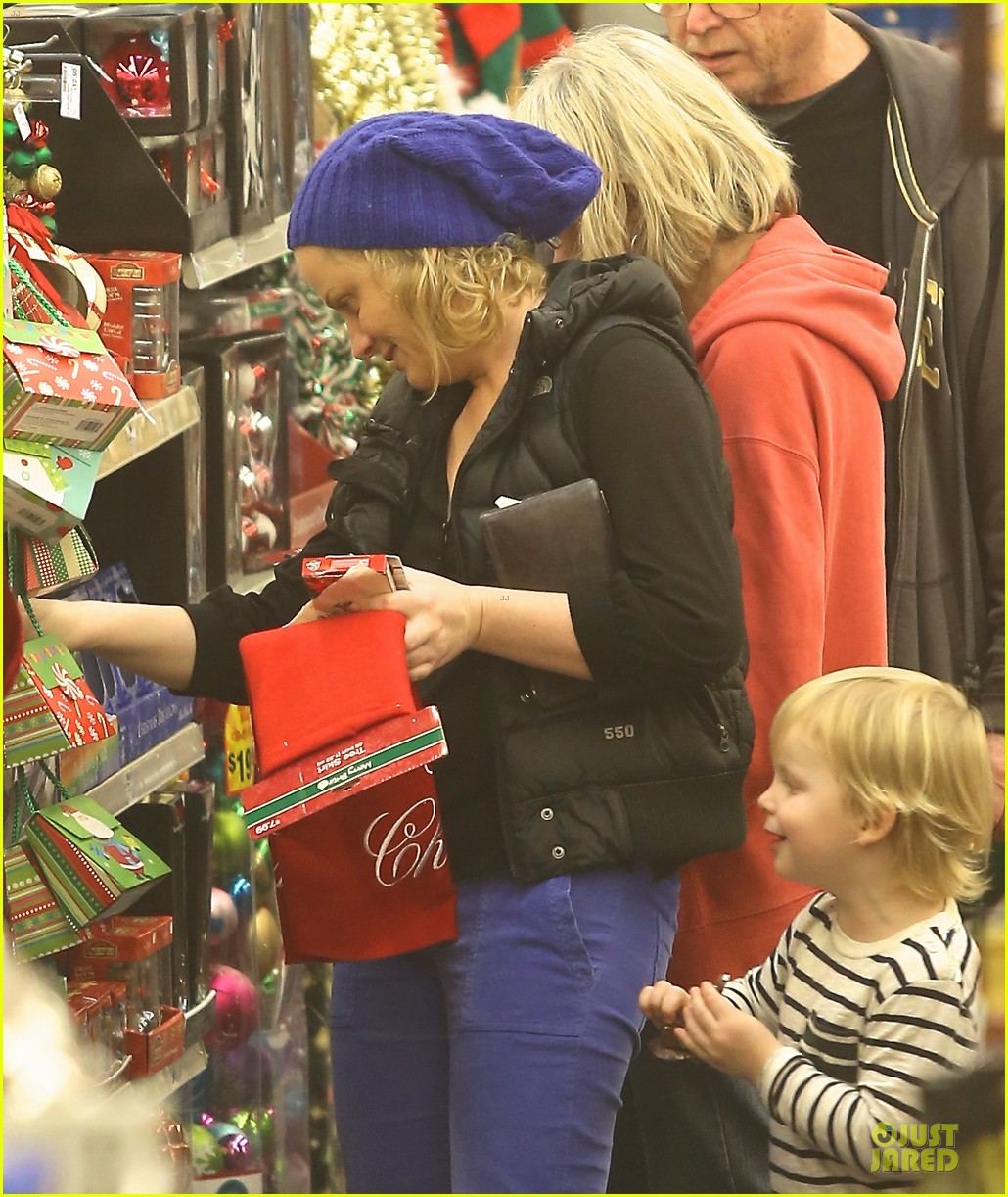 amy poehler holiday shopping with archie 21