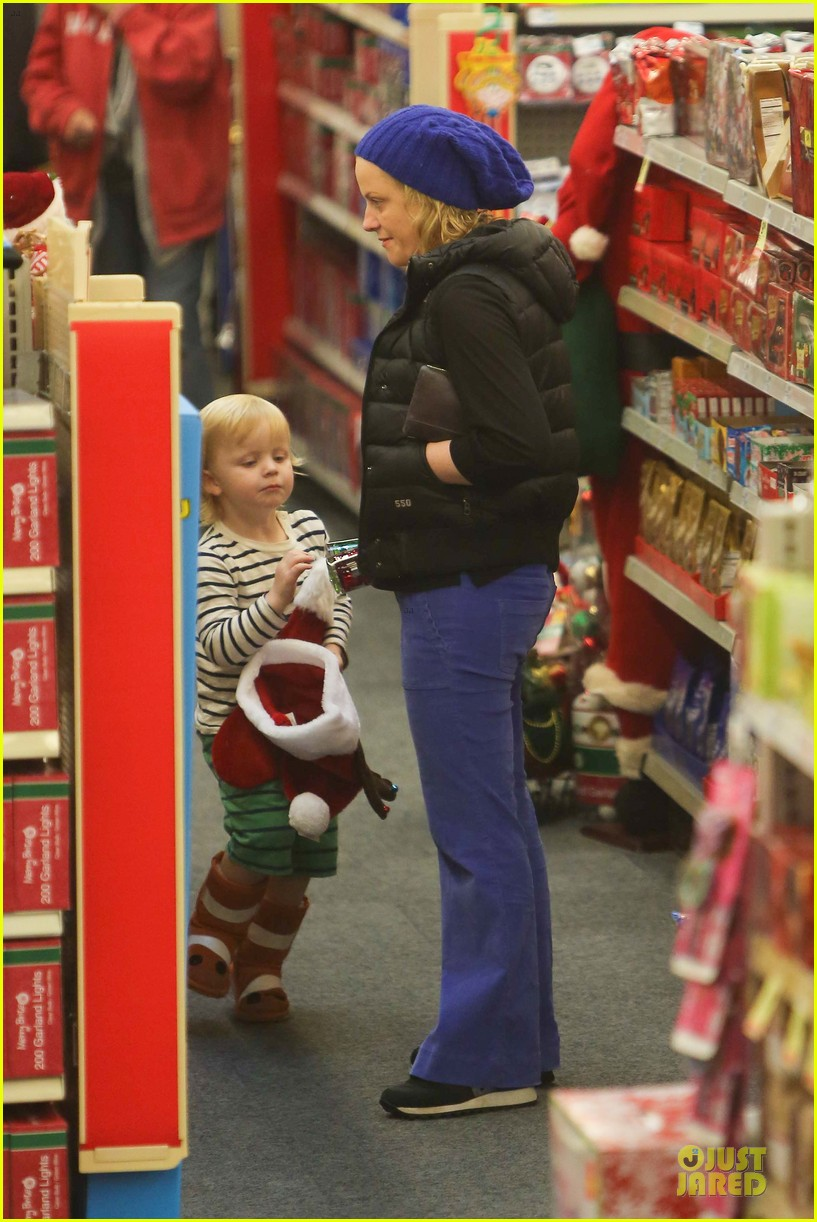 amy poehler holiday shopping with archie 24