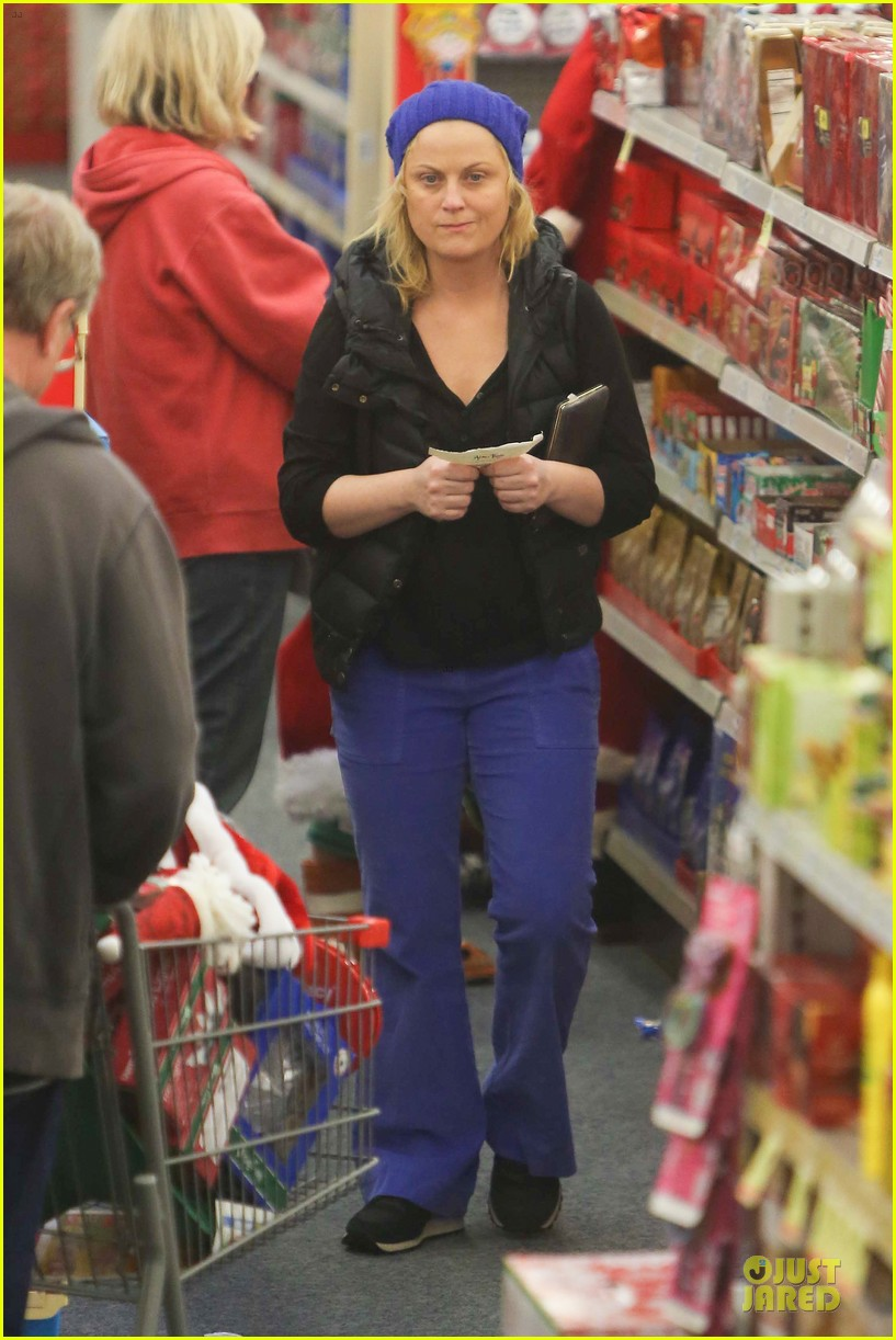 amy poehler holiday shopping with archie 29