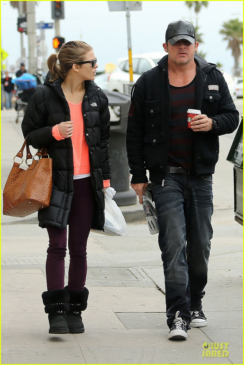 annalynne mccord & dominic purcell coffee strolling couple 01