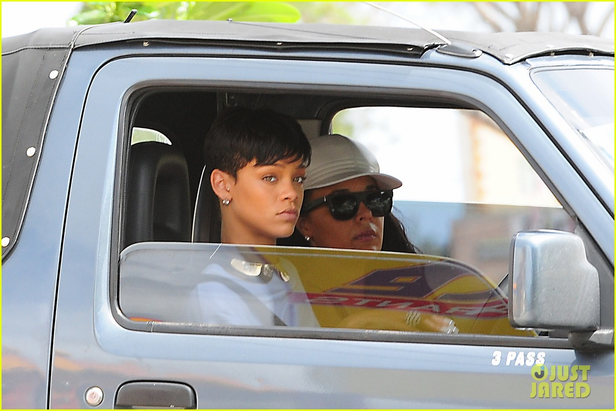 rihanna holiday shopping in barbados 03