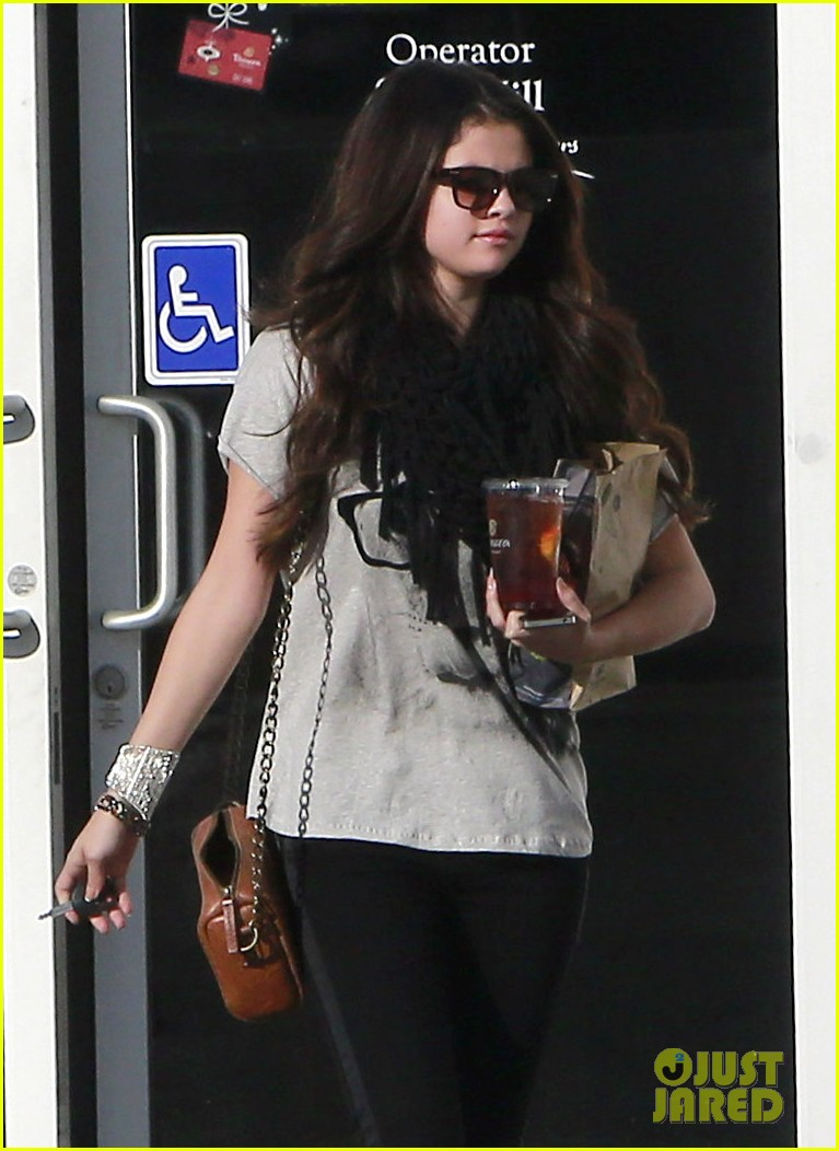 selena gomez panera pick up 042776706