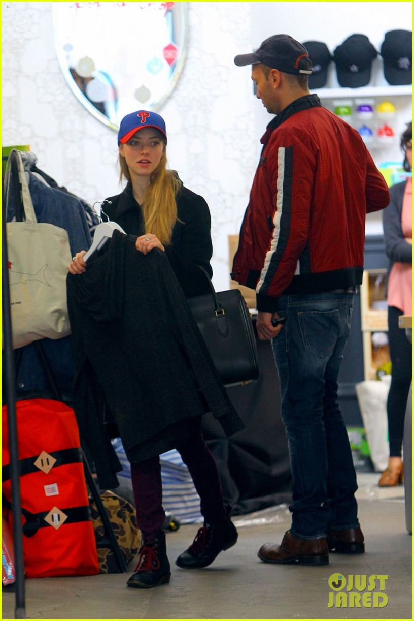 amanda seyfried philadelphia phillies pride 082777191