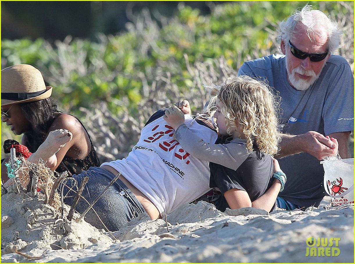 ashlee simpson beach kisses for bronx 03