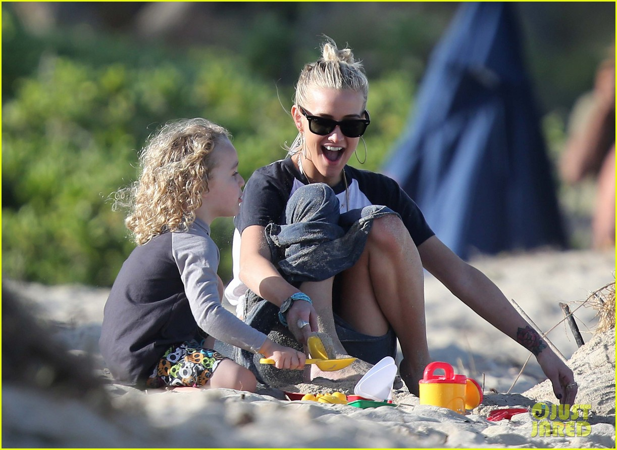ashlee simpson beach kisses for bronx 06