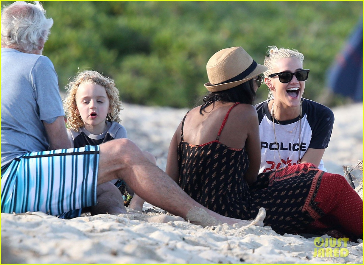 ashlee simpson beach kisses for bronx 14