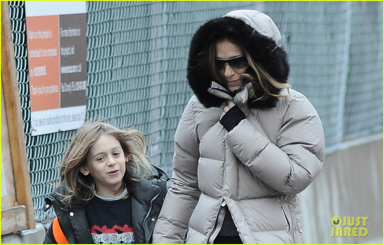sarah jessica parker bundled up school run 02