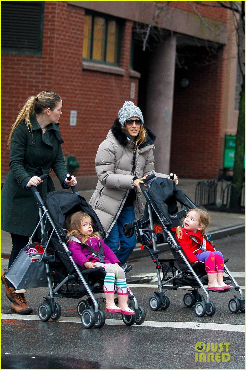 sarah jessica parker bundled up school run 04