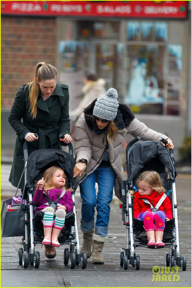 sarah jessica parker bundled up school run 05
