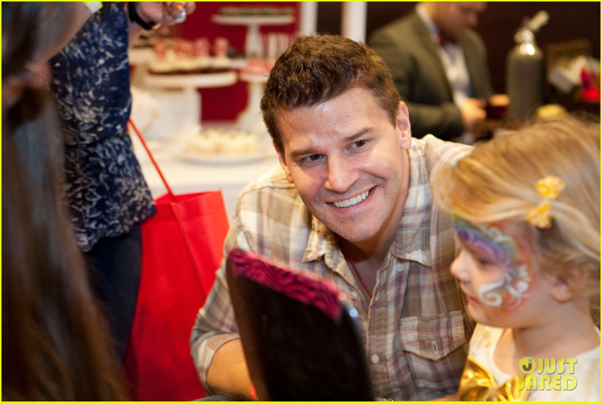 sarah michelle gellar david boreanaz buffy reunion at santas workshop event 02