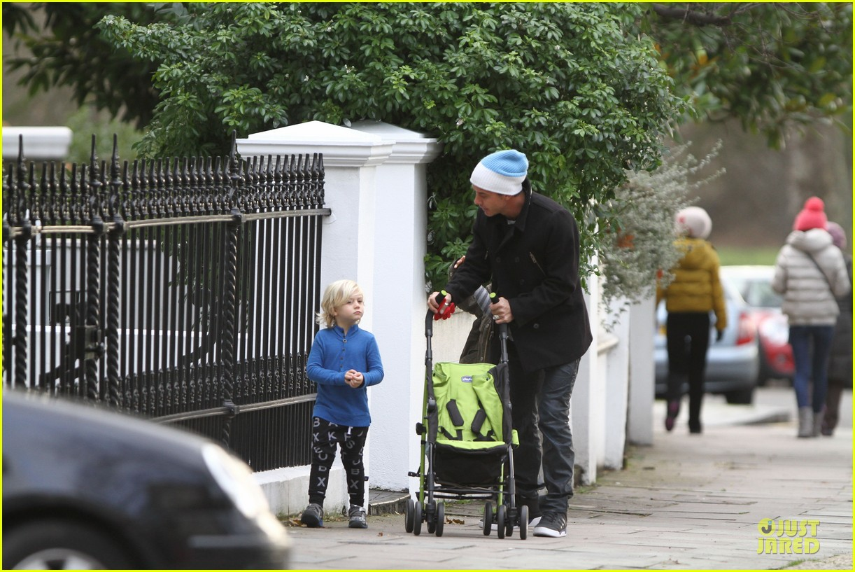 gwen stefani & gavin rossdale primrose hill park stroll with the boys 08