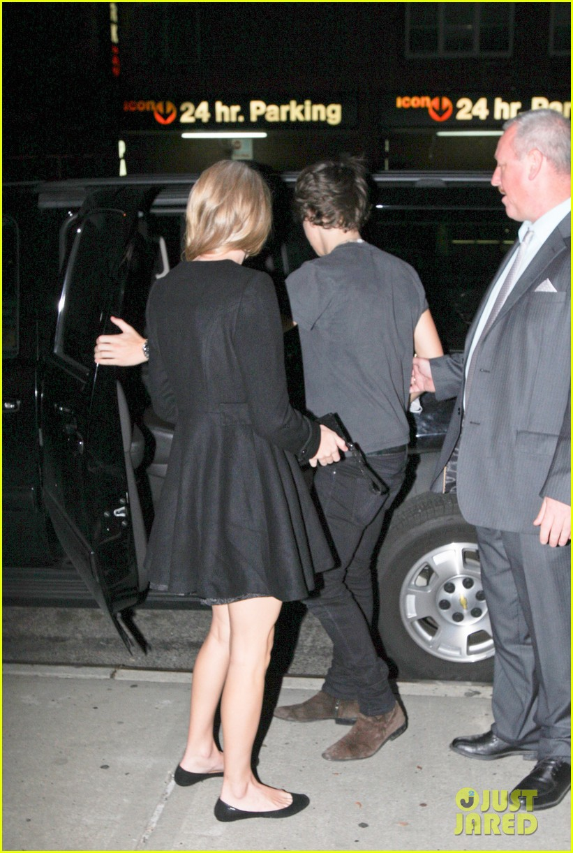 taylor swift harry styles holding hands after 1d concert 01