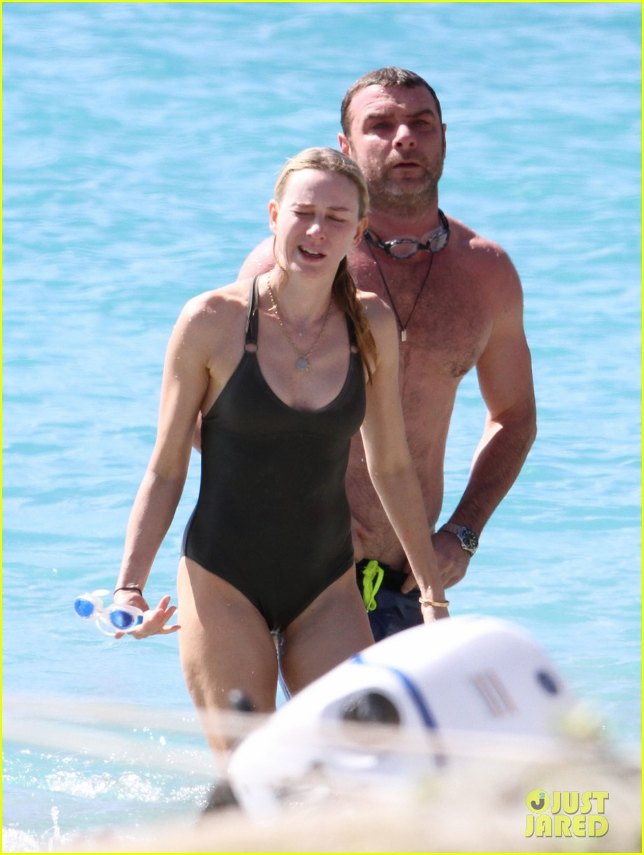 naomi watts shirtless liev schreiber new years eve beach day 15