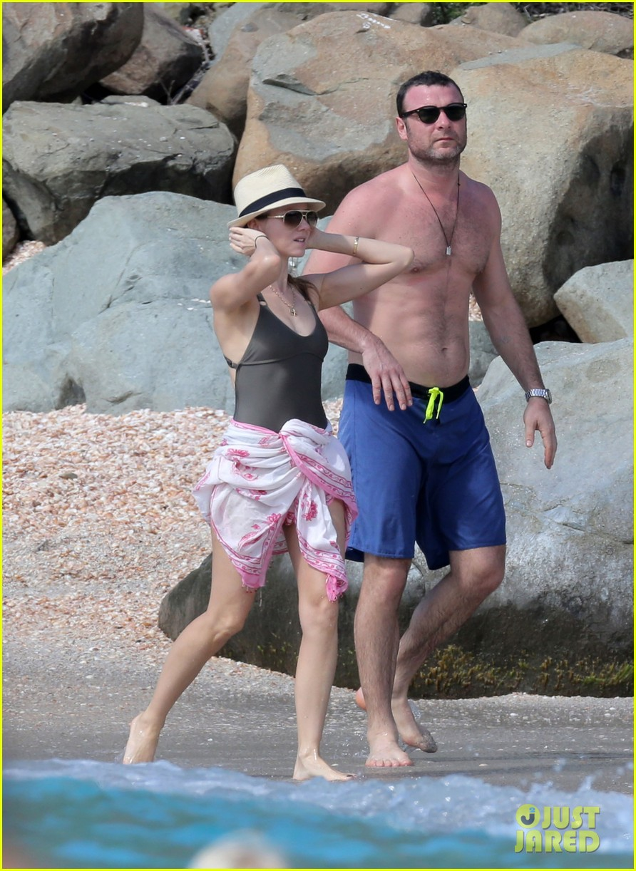 naomi watts shirtless liev schreiber new years eve beach day 22
