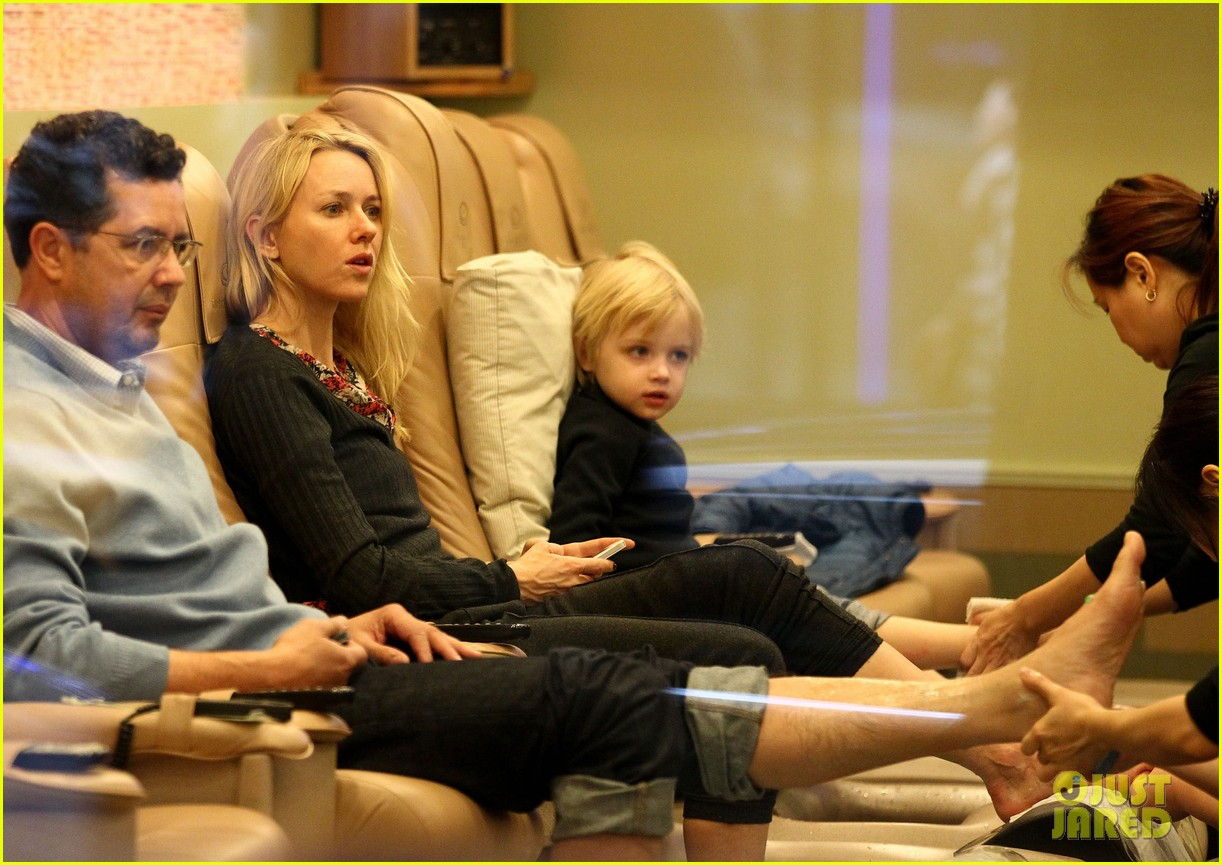 naomi watts samuel mother son pedicures 01