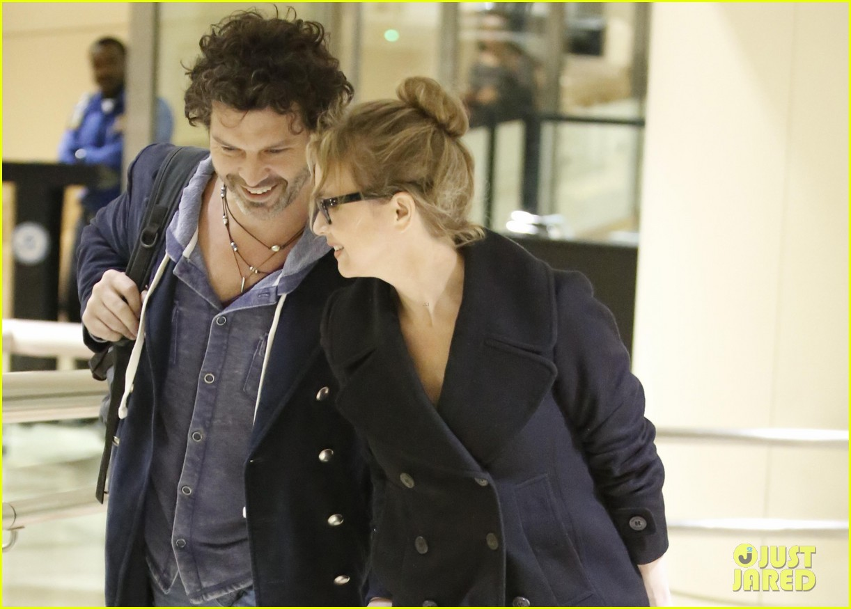 renee zellweger gets close to doyle bramhall ii at lax 03