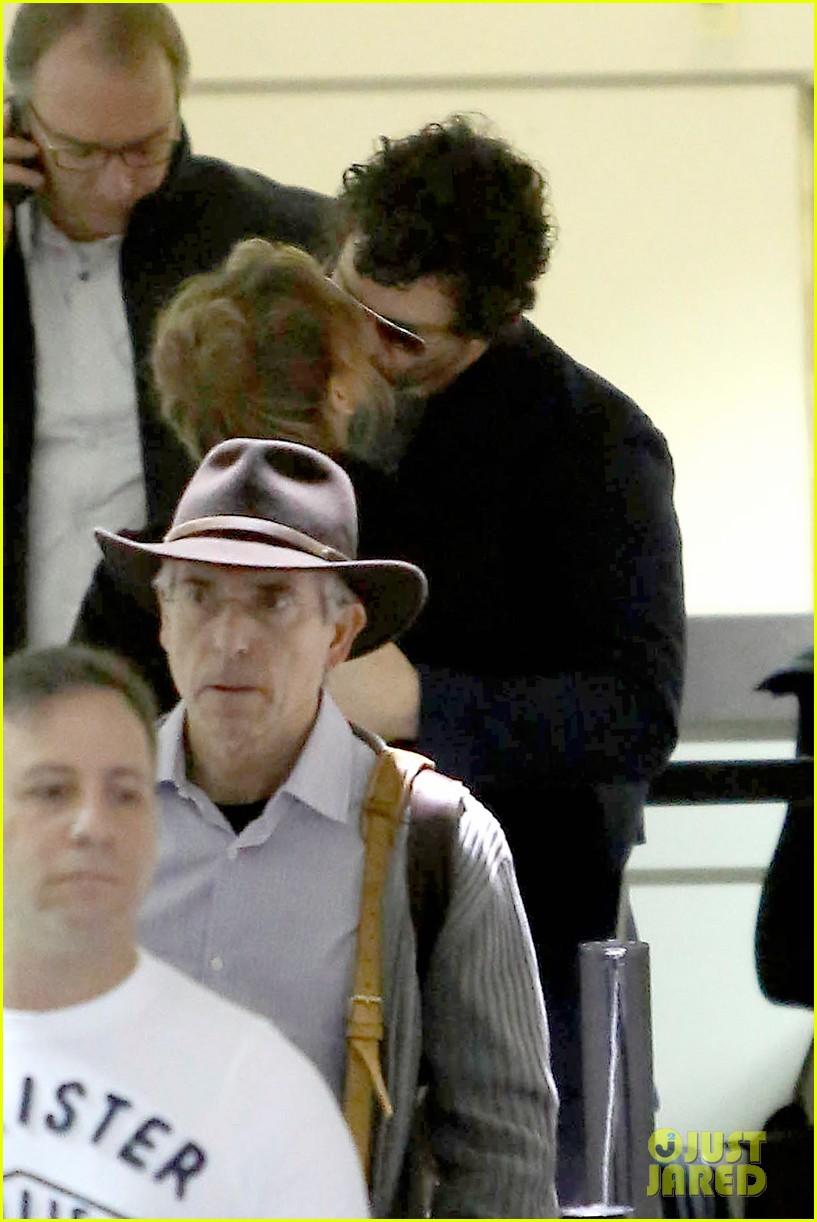 renee zellweger kisses doyle bramhall ii at airport 02