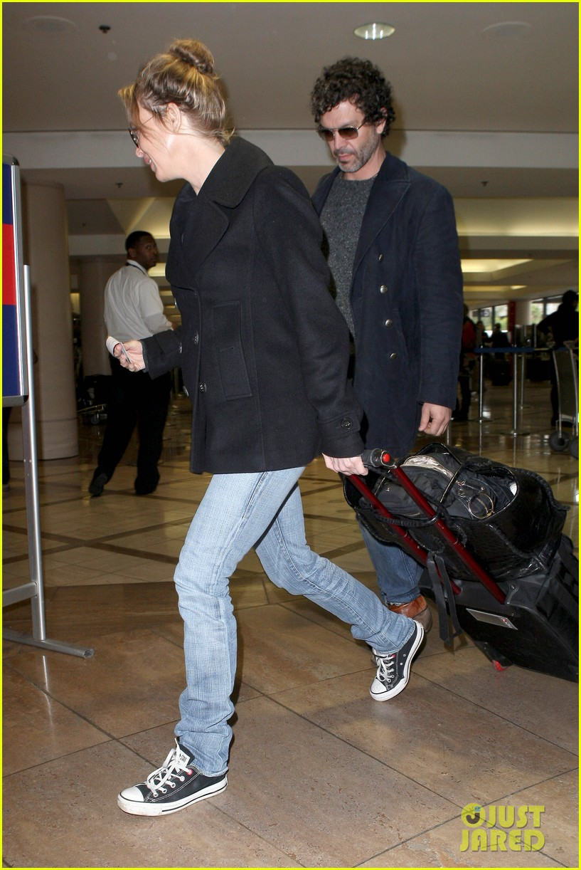 renee zellweger kisses doyle bramhall ii at airport 03