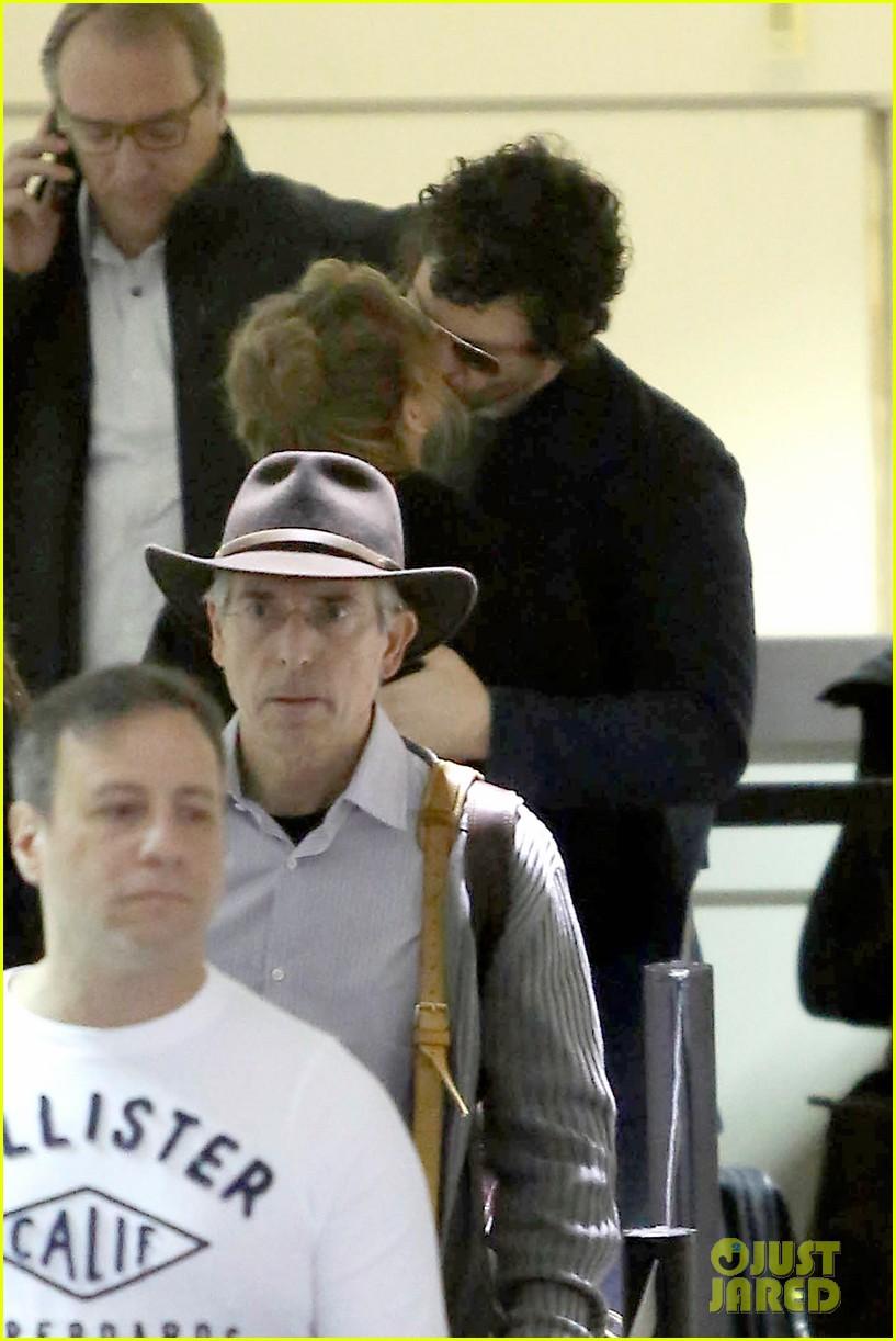 renee zellweger kisses doyle bramhall ii at airport 04