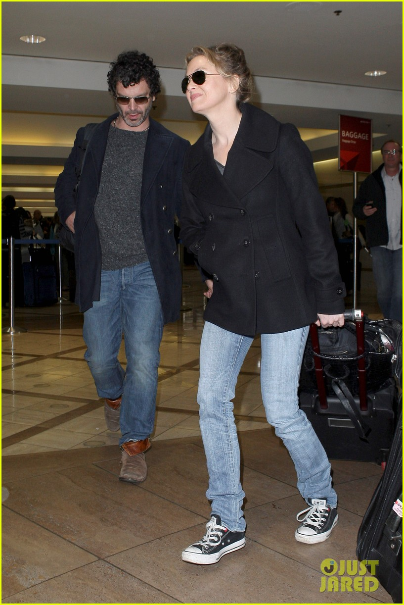 renee zellweger kisses doyle bramhall ii at airport 05