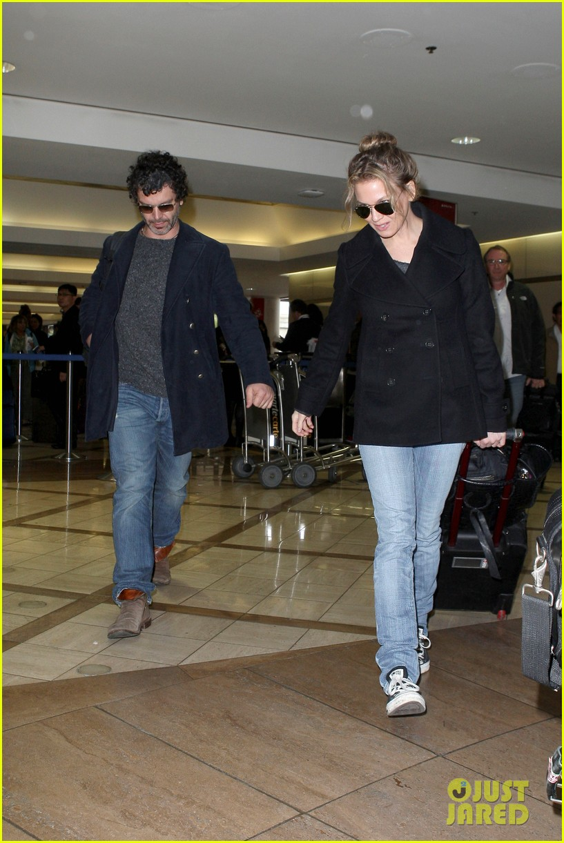 renee zellweger kisses doyle bramhall ii at airport 06