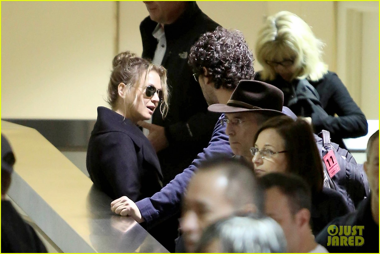 renee zellweger kisses doyle bramhall ii at airport 07