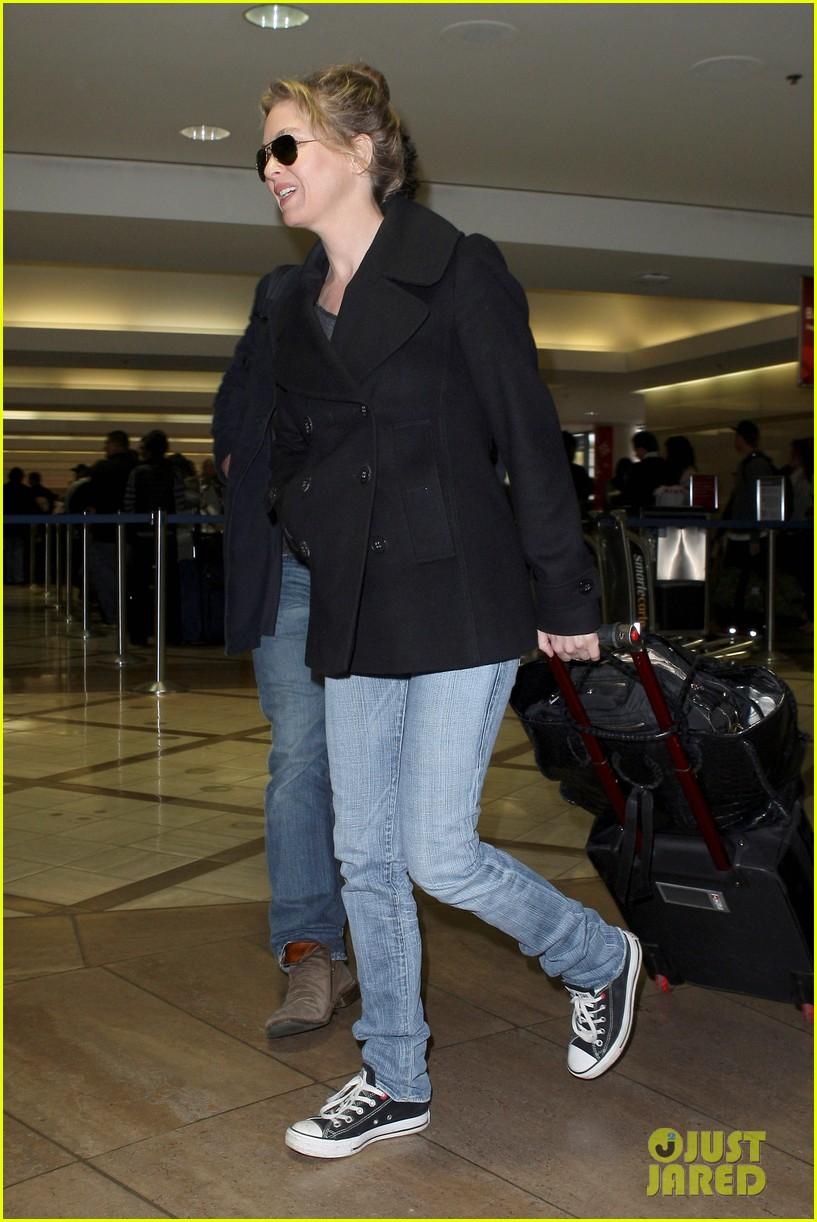 renee zellweger kisses doyle bramhall ii at airport 11