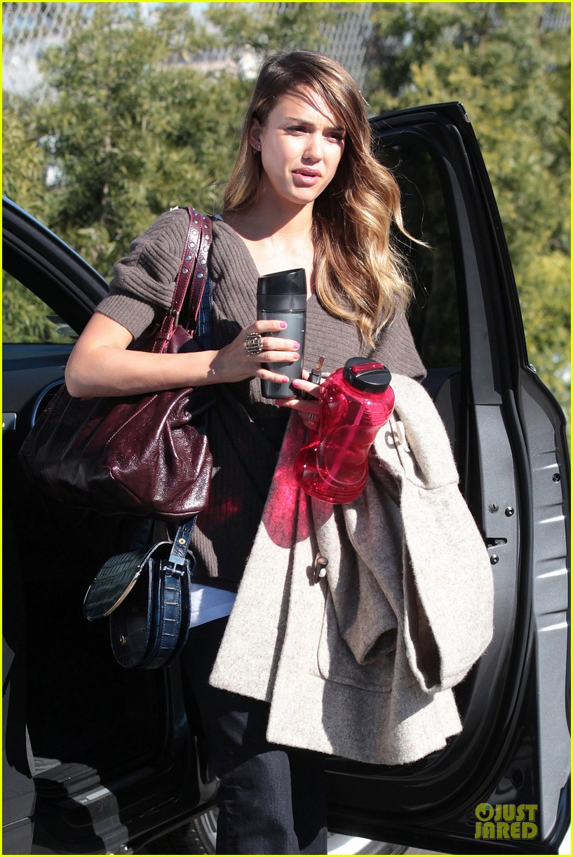 jessica alba wraps up work week with drinks 02