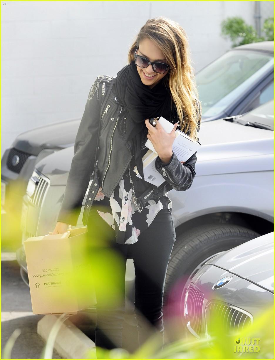 jessica alba wraps up work week with drinks 09