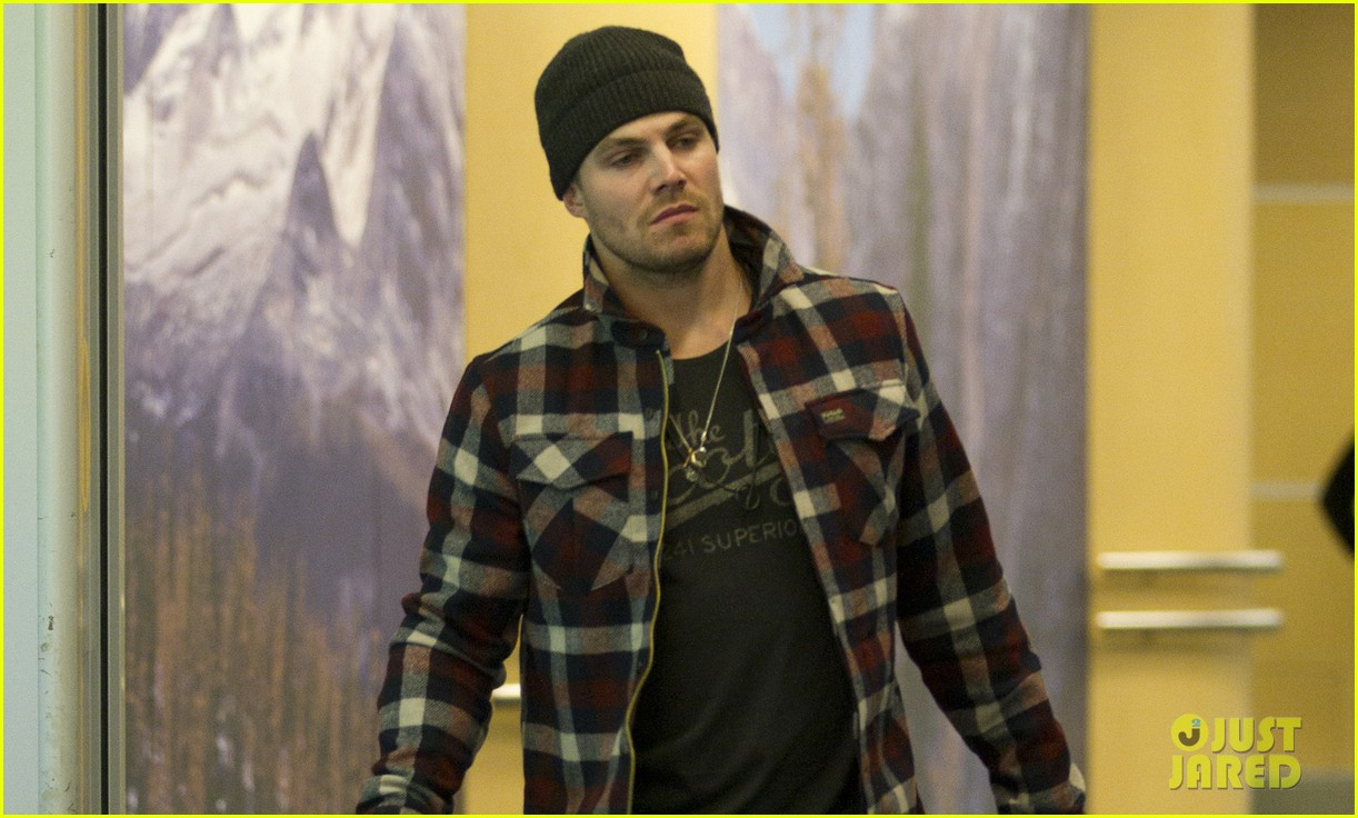 stephen amell new wife cassandra kings game couple 03