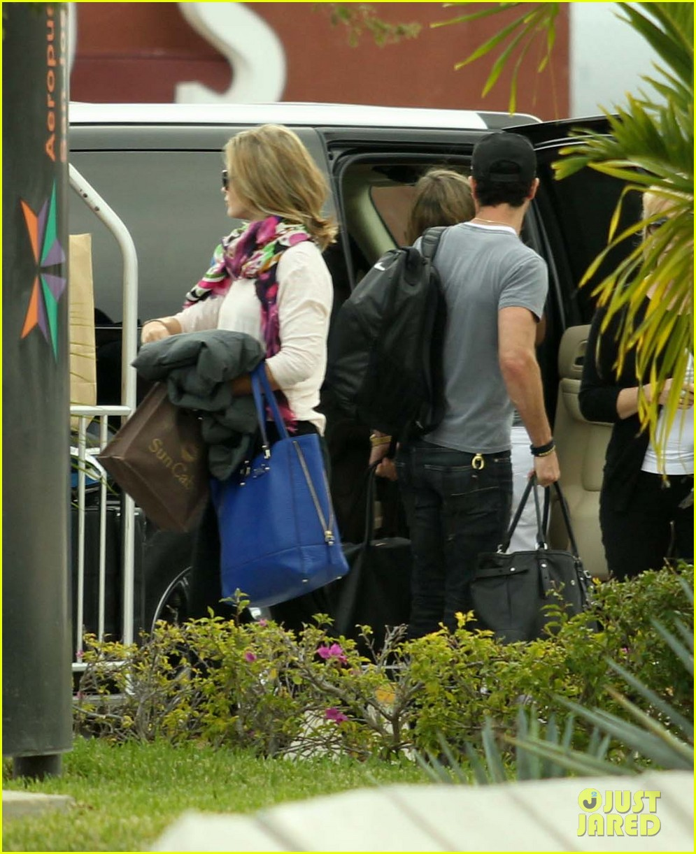 jennifer aniston justin theroux friends depart cabo 14