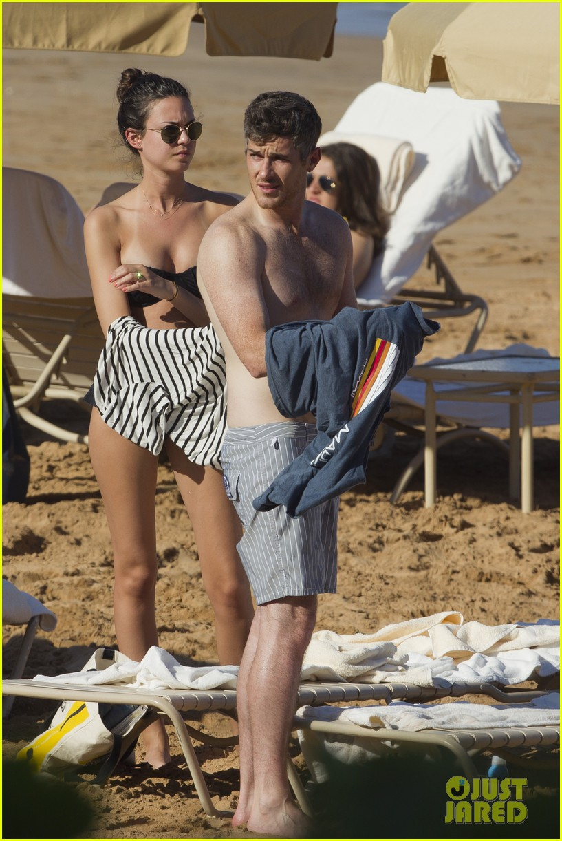shirtless dave annable maui vacation with bikini clad wife odette 02