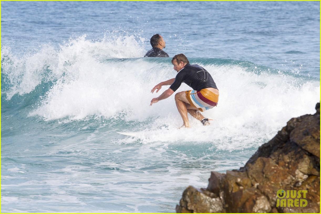 simon baker surfing in sydney 04