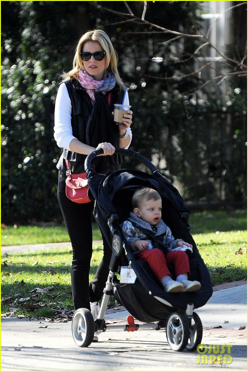 elizabeth banks family outing 01