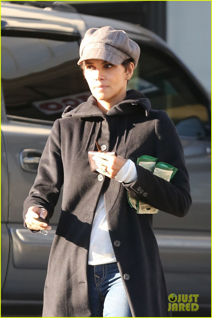 halle berry back at the vet with pet cat 02