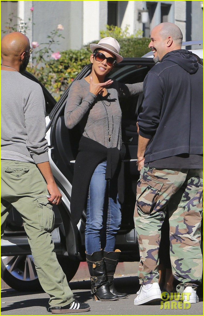 halle berry disneyland with nahla 26