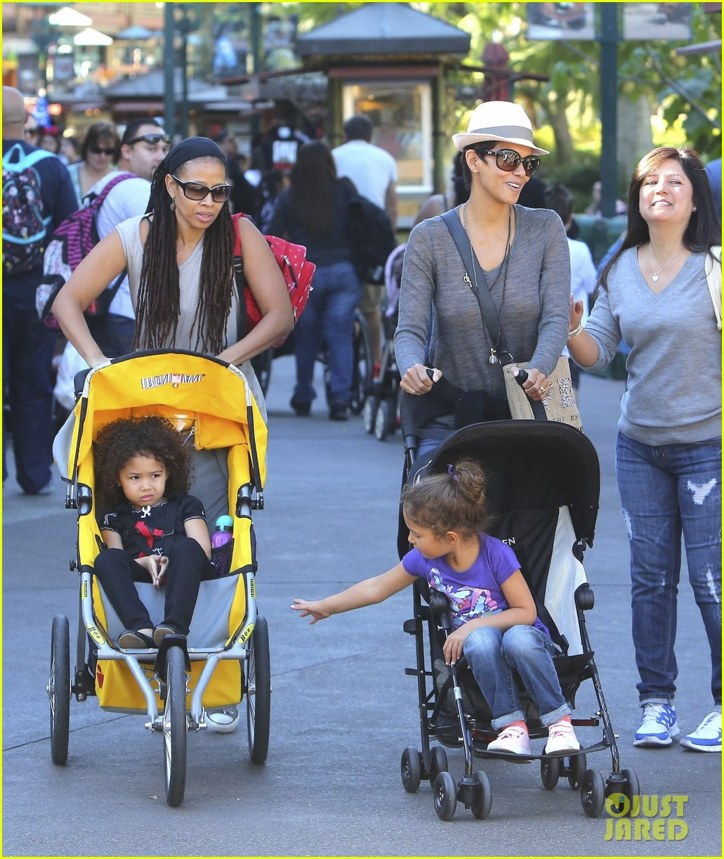 halle berry disneyland with nahla 33
