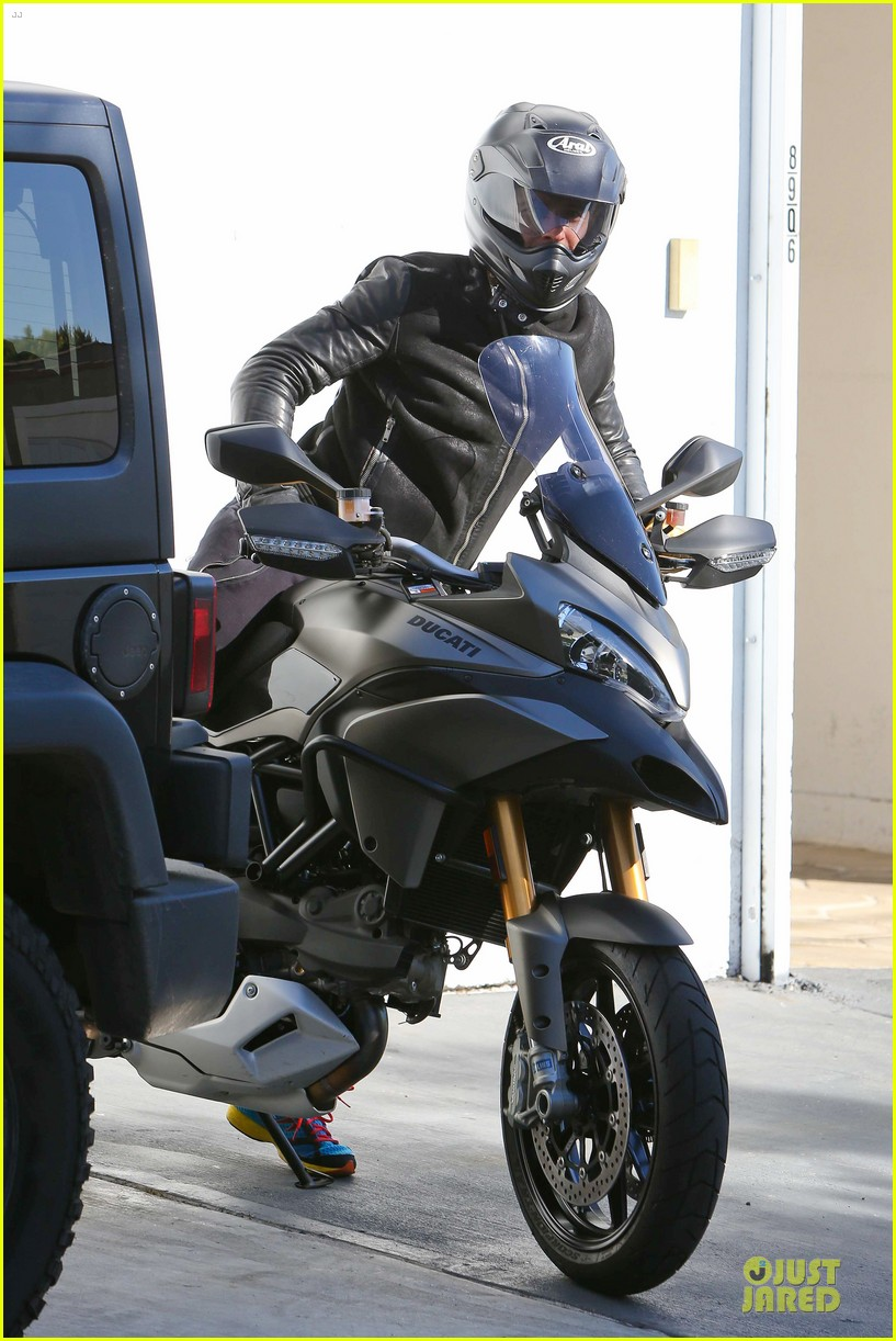 orlando bloom motorcycle ride to the gym 03