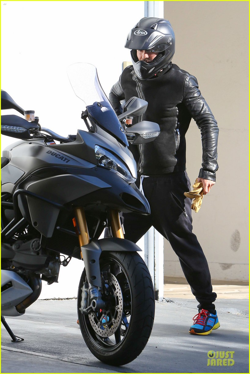 orlando bloom motorcycle ride to the gym 11