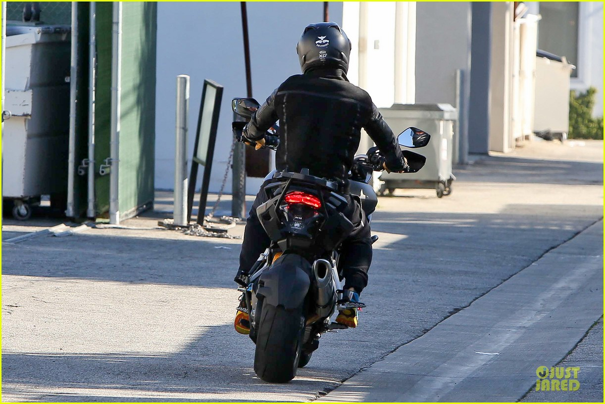 orlando bloom motorcycle ride to the gym 13