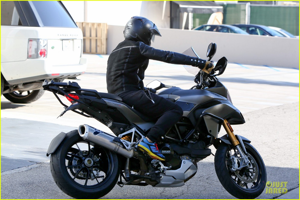 orlando bloom motorcycle ride to the gym 14